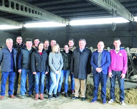 O delegado territorial da Xunta en Lugo, José Manuel Balseiro, visitou unha explotación gandeira en Friol, acompañado polos novos titulares das granxas deste municipio que se acolleron á liña de axudas do Goberno autonómico. GPXG