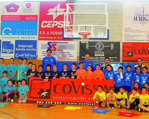 Foto de familia dos xogadores participantes na Liga Escolar Aviporto-Covissa, celebrada en Sarria a finais do mes pasado. CBS.