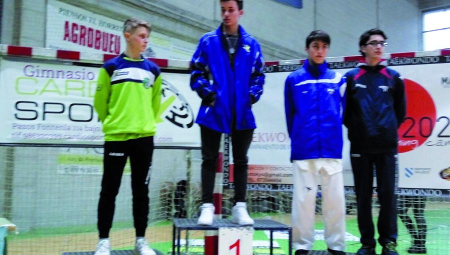 """No centro, Pedro Luis Pérez """"Wiwi"""", do Neka, logo de acadar a medalla de ouro no Campionato Galego sub-21. (Foto cedida)."""