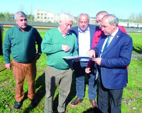 O rexedor monfortino e os representantes da empresa analizaron in situ o proxecto de construción da depuradora. GPCM