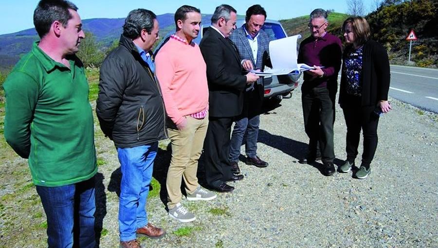 O delegado da Xunta en Lugo no anuncio da licitación das obras na LU-633, acompañados polo alcalde de Pedrafita e a alcaldesa de Triacastela, o pasado 4 de abril. GPXG
