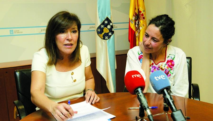 A conselleira de Medio Ambiente, Beatriz Mato, e a presidenta da Asociación para a Defensa Ecolóxica de Galicia (ADEGA), Virxinia Rodríguez, logo da renovación do convenio, a finais do mes pasado. GPXG