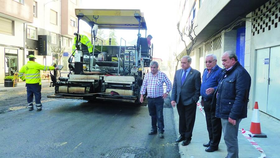 O alcalde de Monforte e o concelleiro de Servizos supervisaron as obras de asfaltado na rúa San Pedro. GPCM