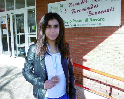 A alumna do IES A Pinguela Alba Varela Losada, coa medalla de bronce conseguida no Campionato Provincial de Orientación. (Foto cedida).