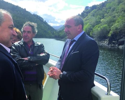 O presidente da Deputación, Darío Campos, e o alcalde de Monforte, José Tomé, na viaxe de apertura de temporada das Rutas Fluviais, o 1 de abril. GPDL